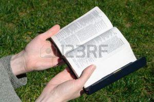 1852556-神聖な聖書勉強の女性